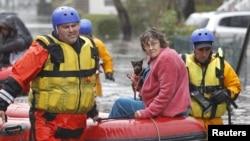 Mnogi stanovnici poplavljenih kuća u Nju Džersiju morali su da budu evakuisani čamcima spasilačkih službi