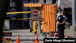 Un policía junto a una víctima tras un atropello masivo en una calle de Toronto, Canadá, abr 23, 2018. REUTERS/Carlo Allegri .