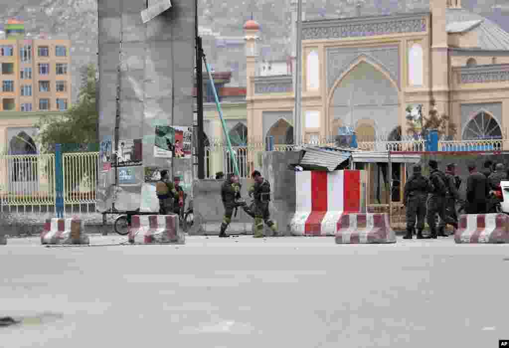 حکام کے مطابق منگل کو اسپیشل یونٹ فار افغان سکیورٹی فورس کے دفتر پر خودکش کار بم حملے کے بعد مسلح افراد فائرنگ کرتے ہوئے عمارت کے احاطے میں داخل ہو گئے۔