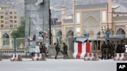 阿富汗安全部队在一处塔利班自杀式袭击地(2016年4月19日)