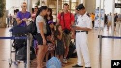 6일 이집트 사나이 남부 샤름 엘 셰이크 국제공항에서 공항 경찰이 영국인 여행객들의 출국 정보를 확인하고 있다.