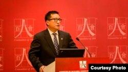 """美國華裔精英組織""""百人會""""現任會長吳華揚( Frank Wu)在百人會組織的公益活動上發表講話。"""