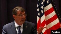 Menteri Pertahanan AS Ashton Carter berbicara dalam konferensi pers di Tokyo (8/4).