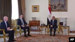 En esta foto del 21 de junio de 2018, proporcionada por la agencia de noticias estatal de Egipto, MENA, el presidente egipcio Abdel-Fattah el-Sissi, centro, se reúne con Jared Kushner, el yerno y asesor principal del presidente Donald Trump (segundo a la izquierda), y el enviado de Medio Oriente Jason Greenblatt.