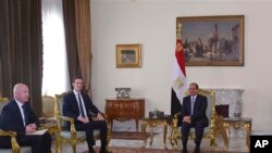 Le président égyptien Abdel-Fattah el-Sissi, le gendre et conseiller principal du président Donald Trump, Jared Kushner, deuxième à gauche, et l'envoyé du Moyen-Orient, Jason Greenblatt, discutent d'un plan d'accord de paix israélo-palestinien au Caire, Égypte, 21 juin 2018.