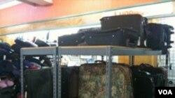 """Sebagian dari ribuan koper yang tidak diketahui pemiliknya ini akhirnya ditampung di toko """"Pusat Bagasi Yang Tidak Diklaim,"""" yang berlokasi di kota Scottsboro, Alabama."""
