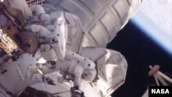 Dos astronautas estadounidenses realizaron una caminata espacial no planeada en preparación de la llegada de provisiones a la Estación Espacial Internacional.