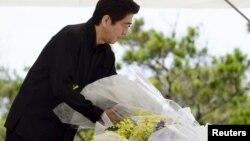 Премьер-министр Японии во время посещения мемориала, посвященного битве на Окинаве