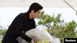23일 신조 아베 일본 총리가 오키나와 전투 70주년 기념식에서 헌화하고 있다.