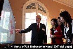 Đại sứ Mỹ David Shear cùng các phóng viên Việt Nam tại tư dinh ở Hà Nội, theo dõi bầu cử tổng thống Mỹ, 6/11/2012