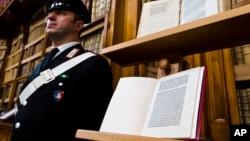 یک مامور پلیس ایتالیا کنار نامه کریستف کلمب ایستاده است. ۱۸ مه ۲۰۱۶