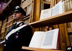 اٹلی کی فلورنس لائبریری میں ایک کتاب کے ساتھ محافظ کھڑا ہے۔ اس کتاب میں اس خط کا عکس ہے جس میں 1493 میں کولمبس نے نئی دنیا دریافت کرنے کے متعلق لکھا تھا۔