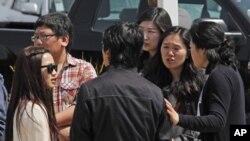 美国加州基督教会大学的学生和路人4月2日在枪击现场谈论枪击案