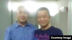 慕容雪村(右)被国保约谈近六小时后获释时与派出所外守候的律师张庆方合影。(微博图片)