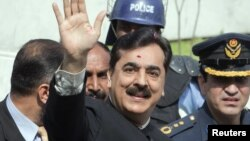 Pakistan's Prime Minister Yusuf Raza Gilani waves after arriving at the Supreme Court in Islamabad, Pakistan, April 26, 2012.