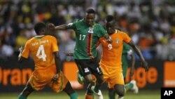 Rainford Kalaba (No 17) dispute un ballon à Kolo Toure (No 4) et Collins Mbesuma (No 9) durant la finale du 12 février 2012.