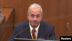 Policijski poručnik Ričard Zimerman svedoči na suđenju Dereku Šovinu za ubistvo Džordža Flojda (Foto: Rojters)