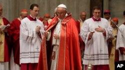 Đức Giáo Hoàng ban phước tại Vương cung thánh đường Thánh Phêrô, tại Vatican, ngày 5/6/2014.