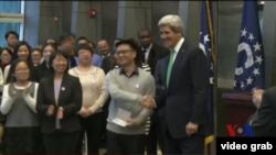 美國國務卿克里在中國頒發美國簽證