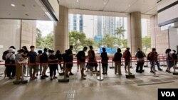 大批市民7月8日到西九龍裁判法院排隊輪候旁聽席,聲援民主派初選47名被告。(美國之音 湯惠芸拍攝)
