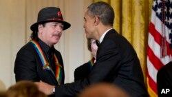 El presidente Barack Obama felicita a Carlos Santana por haber recibido el premio del Kennedy Center.