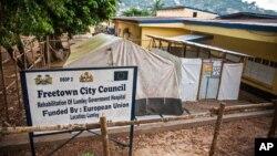 Tempat yang tadinya digunakan untuk merawat pasien terinfeksi virus Ebola, yang merupakan bagian dari Rumah Sakit Umum Lumley Government dekat Freetown, Sierra Leone. (AP/Michael Duff)