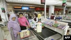 Des clients dans un supermarché à Rabat le 4 avril 2008.