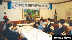 한국의 남북문제 전문연구기관인 평화문제연구소가 한국 정부 산하기관이 펴낸 지리정보 서적에 대해 저작권 침해 소송을 제기했다. 지난 2013년 7월 서울에서 열린 평화문제연구소 이사회 회의. (자료사진)