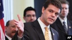 John Morton, director del ICE, dijo que quienes entren ilegalmente y cometan crímenes serán detenidos y expulsados del país.