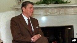 Ronald Reagan di Ruang Oval, Gedung Putih, saat menjabat sebagai presiden. (Foto: Dok)