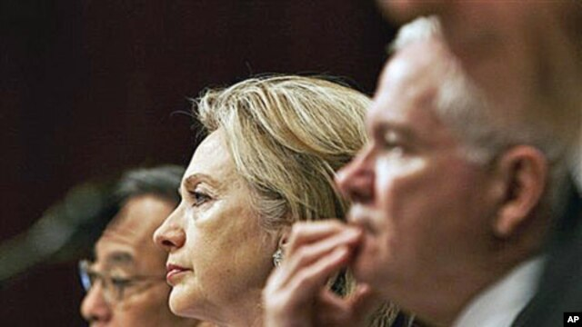 From left, Energy Secretary Steven Chu, Secretary of State Hillary Rodham Clinton, and Defense Secretary Robert Gates, testify before the Senate Armed Services Committee hearing on the new START Treaty, on Capitol Hill in Washington, 17 Jun 2010 (file pho