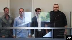 """""""百萬上傳""""的創辦人和行政總裁金.道特卡姆(右)和公司的其他僱員於上星期五在新西蘭奧克蘭的一個法庭出庭。"""