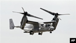 """在這張6月16日拍攝的照片中,一架美國海軍陸戰隊MV-22""""魚鷹""""戰機飛越克里夫蘭市的伯克湖畔機場"""