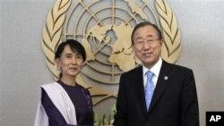 21일 뉴욕의 유엔 본부를 방문한 아웅산 수치 여사가 반기문 유엔사무총장과 악수를 나누고있다.