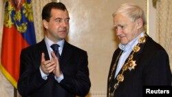 Дмитрий Медведев вручает Даниилу Гранину орден святого Андрея Первозванного