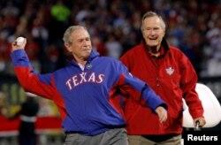 지난 2010년 텍사스주 알링턴에서 진행된 미국프로야구 메이저리그 월드시리즈 4차전에서 조지 W. 부시(왼쪽) 전 대통령이 시구하는 모습을 아버지 조지 H.W. 부시 전 대통령이 지켜보고 있다.