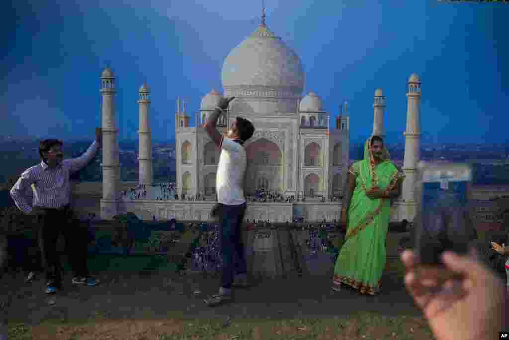 ប្រជាជនឥណ្ឌាត្រូវបានថតនៅពីមុខរូបថតអគារ Taj Mahal នៅឯពិធីបុណ្យស្បៀងអាហារ និងវប្បធម៌ជិតកន្លែងរំឮកខួបសង្រ្គាម India Gate ជាផ្នែកមួយនៃការអបអរសាទរពិធីបុណ្យឯករាជ្យជាតិក្នុងក្រុងញូវដេលី។