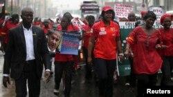 Người dân biểu tình trong thành phố Lagos, Nigeria đi dưới mưa, kêu gọi giải cứu các nữ sinh bị bắt cóc, 14/5/14
