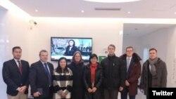律师余文生的妻子许艳,2月15日在709律师王宇的陪伴下,会晤欧盟、德美法荷、瑞士、瑞典和捷克等国驻华使馆的人权官员 (维权网)