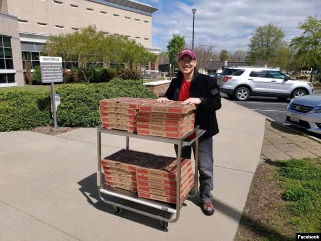 Tony Phạm mang thức ăn đến cho các cựu quân nhân Mỹ, VNCH đơn thân trong mùa dịch Covid-19. Photo Facebook Tony Pham.