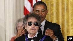 باراک اوباما در سال ۲۰۱۲ «مدال آزادی» ریاست جمهوری ایالات متحده را به باب دیلن اعطا کرد
