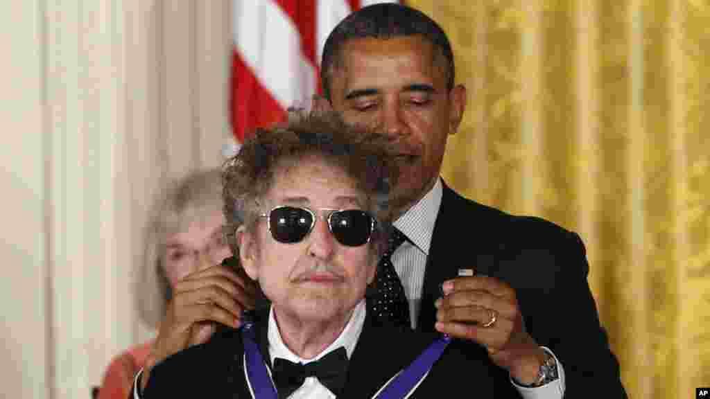 Le président Barack Obama présente à Bob Dylan une médaille de la liberté lors d'une cérémonie à la Maison Blanche à Washington, le 13 octobre 2016.