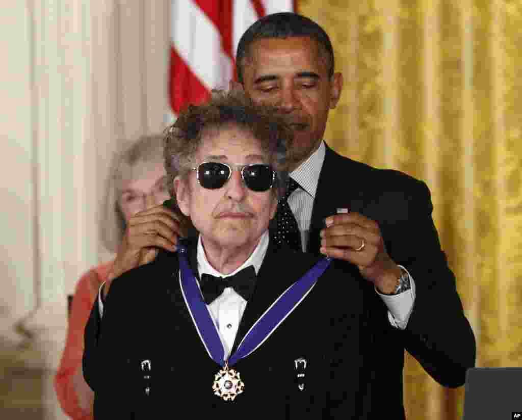 លោកប្រធានាធិបតី បារ៉ាក់ អូបាម៉ា បំពាក់មេដាយសេរីភាពដល់លោក Bob Dylan ក្នុងអំឡុងពេលពិធីបុណ្យនៅឯសេតវិមានក្នុងរដ្ឋធានីវ៉ាស៊ីនតោន កាលពីថ្ងៃទី២៩ ខែឧសភា ឆ្នាំ២០១២។