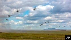俄羅斯國防部新聞司提供的圖片顯示參加演習的俄軍直升機在東西伯利亞的赤塔地區飛行。(2018年9月11日)