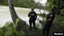 Debido a que Costa Rica no tiene ejército, policías y guardabosques custodian parques naturales como el Manuel Antonio en Quepos, Costa Rica.