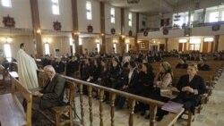 شرکت کنندگان در اين مراسم غالبا از بستگان قربانيان واقعه حمله هفته گذشته به کليسا بودند