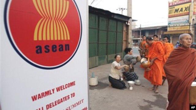Tấm bảng chào mừng phái đoàn dự hội nghị ở Campuchia