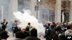 Поліція використовує димові гранати під час зіткнень з демонстрантами в Вашингтоні, США, 20 січня 2017 року.