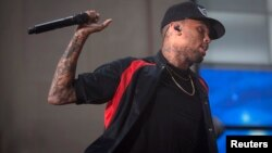 El cantante Chris Brown fue expulsado del centro de rehabilitación por lanzar una piedra a la institución desde el automóvil de su madre.