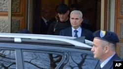 Zivko Budimir, Presiden Federasi Bosnia-Kroasia, dikawal polisi saat ditahan di Sarajevo, April 2013. (AP/Sulejman Omerbasic)